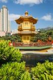 Pavilhão dourado da perfeição em Nan Lian Garden, Hong Kong imagens de stock