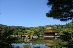 pavilhão dourado do kinkakuji na luz do dia Fotografia de Stock