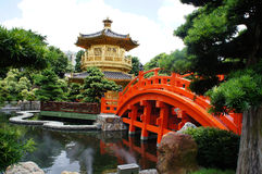 Pavilhão dourado no jardim chinês Fotografia de Stock Royalty Free