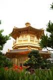 Pavilhão dourado no jardim de Nan-Lian (Hong Kong) Fotos de Stock