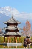 Pavilhão e Jade Dragon Snow Mountain foto de stock
