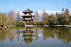 Pavilhão e Jade Dragon Snow Mountain foto de stock royalty free