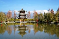 Pavilhão e Jade Dragon Snow Mountain fotografia de stock