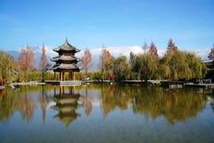Pavilhão e Jade Dragon Snow Mountain fotos de stock royalty free
