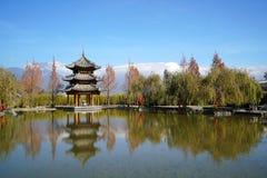 Pavilhão e Jade Dragon Snow Mountain imagens de stock royalty free