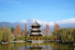 Pavilhão e Jade Dragon Snow Mountain imagem de stock