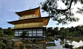 Pavilhão e lago dourados do templo de Kyoto Kinkakuji Fotos de Stock Royalty Free