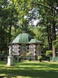 Pavilhão entre as árvores no parque Fotografia de Stock