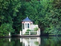 Pavilhão japonês pequeno no rio de Erdre perto de Nantes Imagens de Stock Royalty Free
