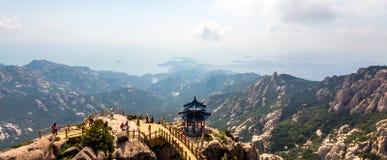 Pavilhão na parte superior da fuga de Jufeng, montanha de Laoshan, Qingdao imagem de stock