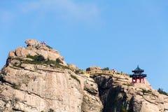 Pavilhão na parte superior da fuga de Jufeng, montanha de Laoshan, Qingdao, China fotografia de stock
