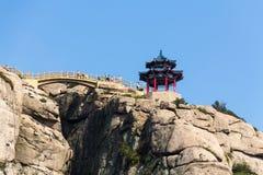 Pavilhão na parte superior da fuga de Jufeng, montanha de Laoshan, Qingdao, China fotos de stock royalty free