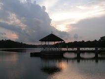 Pavilhão no lago no crepúsculo fotos de stock royalty free