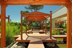 Pavilhão, plataforma e plantas de madeira no recurso de verão Foto de Stock Royalty Free