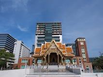 Pavilhão tailandês na frente da construção moderna Imagem de Stock Royalty Free