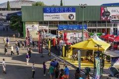 Pavilhões da feira internacional do interior de Tessalónica, Grécia 83rd com multidão Imagens de Stock Royalty Free