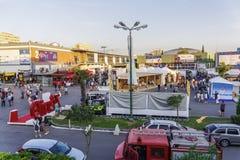 Pavilhões da feira internacional do interior de Tessalónica, Grécia 83rd com multidão Fotografia de Stock Royalty Free