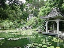 pavilhões e lagos bonitos nas montanhas imagens de stock royalty free
