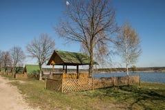 Pavilhões em torno do lago da pesca na primavera Foto de Stock Royalty Free