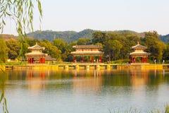 Pavilhões imperiais do coração da água da cena do recurso de verão de Chengde imagens de stock