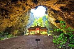 Pavilhão na caverna, Tailândia Fotos de Stock Royalty Free