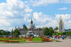 Paviljoen de Oekraïne en de Bloem van de fonteinsteen op Tentoonstelling van Verwezenlijkingen van Nationale Economie, Moskou, Ru Stock Afbeelding