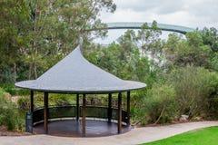 Paviljoen dichtbij een vijver en een observatie het lopen brug in Koningen Royalty-vrije Stock Afbeelding