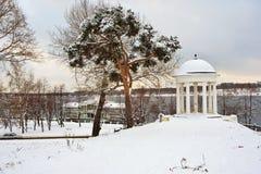 Paviljoen door rivier in de winter Royalty-vrije Stock Afbeelding