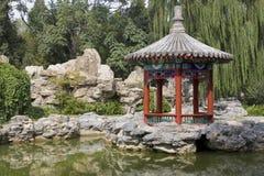 Paviljoen in een Chinees park stock foto's