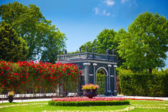 Paviljoen en een weg van rozen wordt gemaakt die Royalty-vrije Stock Afbeeldingen