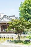 paviljoen en groene boom Stock Afbeeldingen
