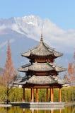 Paviljoen en Jade Dragon Snow Mountain Stock Afbeeldingen