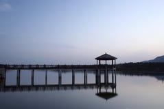 Paviljoen en voetgangersbrug in de ochtend royalty-vrije stock afbeelding