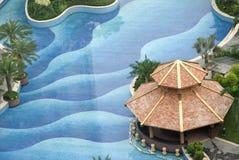 Paviljoen en zwembad Stock Foto's