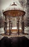Paviljoen in gesneeuwd park stock afbeelding
