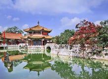 Paviljoen in groene vijver, Yuantong-Tempel, Kunming, Yunnan-Provincie, China wordt weerspiegeld dat Royalty-vrije Stock Afbeelding