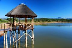 Paviljoen op een meer. Dichtbij Oudtshoorn, Westelijke Kaap, Zuid-Afrika Royalty-vrije Stock Afbeelding