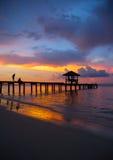 Paviljoen op het strand met zonsondergang Stock Foto's