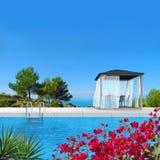 Paviljoen, pool en bougainvillea Royalty-vrije Stock Afbeeldingen