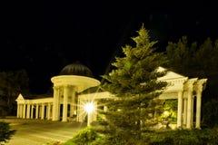 Paviljoen van de mineraalwaterlente bij nacht - Marianske Lazne - Tsjechische Republiek Stock Afbeeldingen