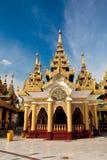 Paviljoenen die belangrijkste Shwedagon, Yangon omringen Stock Foto