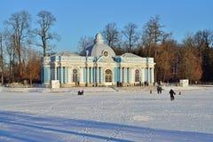 Paviljoengrot en een Grote vijver in de winter Pushkin, Tsaren Stock Afbeeldingen