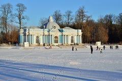 Paviljoengrot en een Grote vijver in de winter Pushkin, Tsaren Stock Foto's