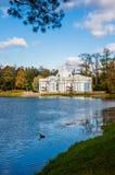 Paviljoengrot in het park van Catherine in de herfst Stock Afbeelding