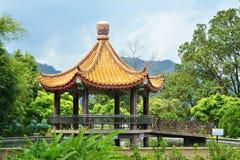 Paviljong över dammet i Kek Lok Si tempelträdgård royaltyfria bilder