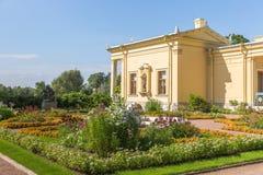 Paviljong för Olga ` s i Peterhof på öar, St Petersburg Arkivbild