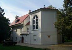 Paviljong för trädgård för Polen slottKornik original från tid av den vita mest berömda spöken för dam arkivfoto