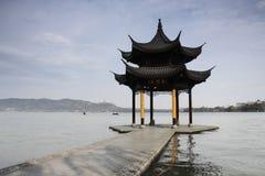 Paviljong i den västra sjön av Hangzhou, Kina Arkivfoton