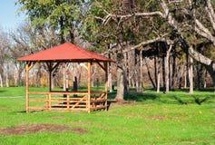 Paviljong i en parkera Royaltyfri Bild