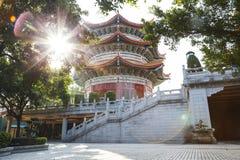 Paviljong med solljus och signalljuset i den Yuanxuan Taoisttemplet Guang royaltyfria bilder